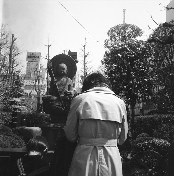 Mother and child praying, Sensoji.