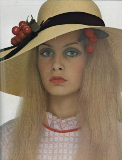 theswingingsixties:  Twiggy for Vogue Italia, 1969. Photo by Justin de Villeneuve.