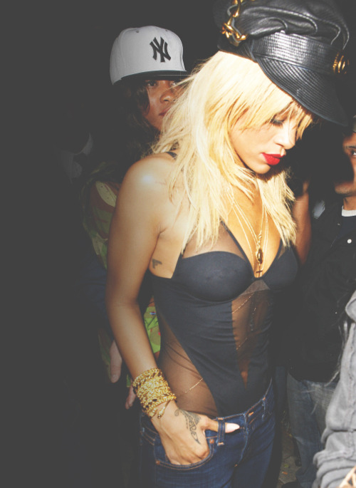 diamond-fresh:  ummyeaa:  trillatran:  Δ    Rihanna  ❤
