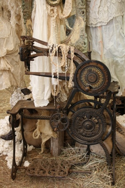 particularpoetry:  Beautiful Antique Sewing Machine