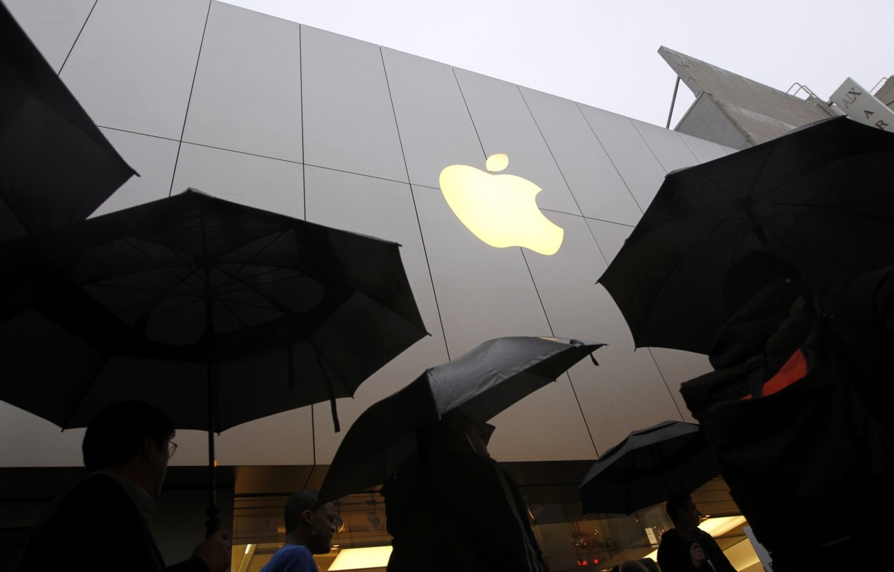 Apple Inc (AAPL.O) on Tuesday reported quarterly revenue that handily beat Wall Street estimates, driven by strong demand for its iPhones and iPads, sending its shares 3.5 percent higher. The consumer electronics giant said its fiscal second-quarter revenue rose to $39.2 billion, better than the average analyst estimate of $36.8 billion, according to Thomson Reuters I/B/E/S. READ MORE: Apple revenue jumps, beats Wall Street view