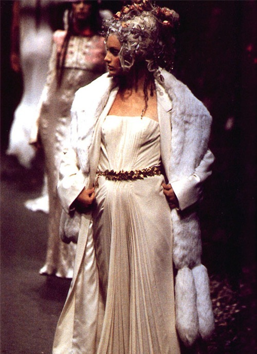 Look de Givenchy Haute Couture por John Galliano, otoño/invierno 1996-97.