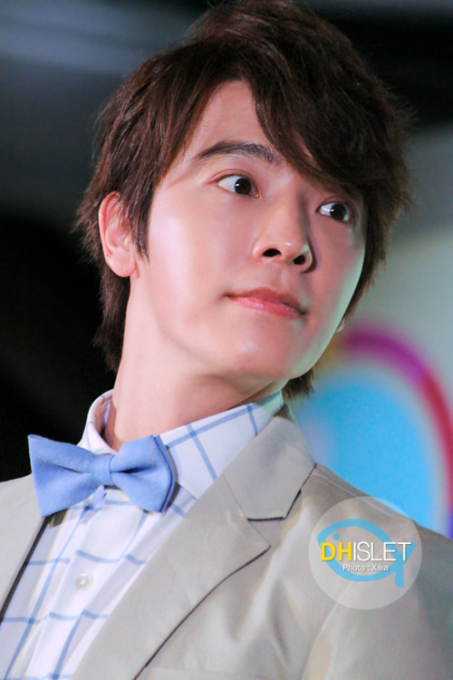 Donghae needs to wear bowties more often. I mean, look at how adorable his face is offset by that cute baby blue bowtie. I want to wear a sundress and hold your hand while we walk through a park on a sunny spring afternoon… And there goes my imagination.