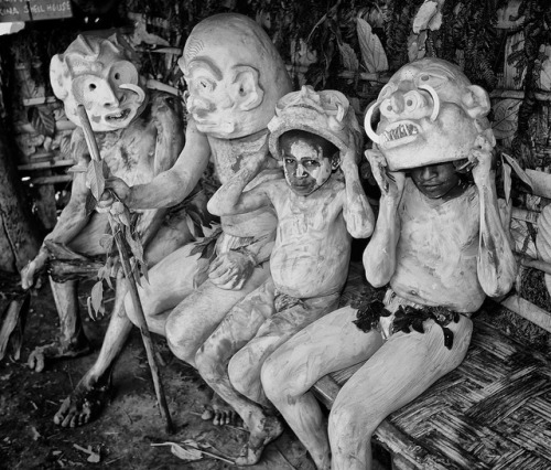 the asaro river people of new guinea (off theo ellsworth's righteous blog)