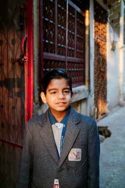 INDIA. Rajasthan. Jodhpur. Boy in school uniform. ⓒ Julie Mayfeng