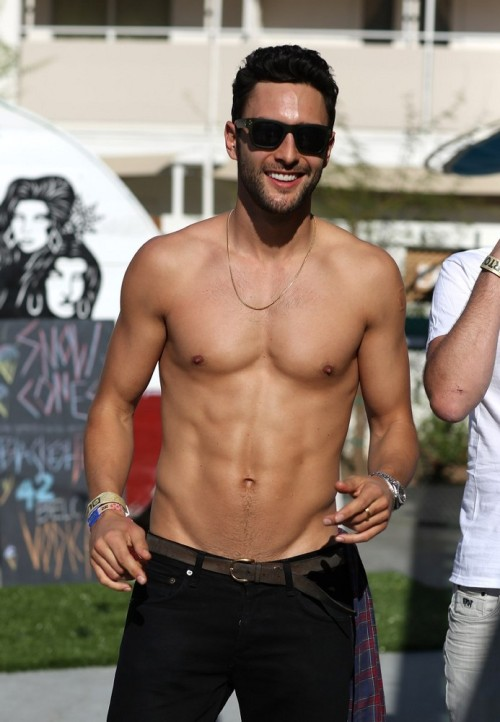 luxe-love:  yellowasian:  Noah Mills | Coachella, 4.14  Hot damn