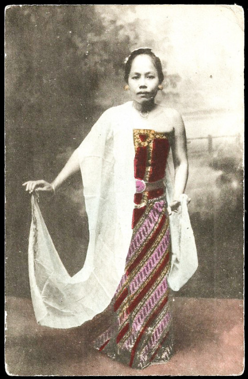 grand-bazaar:  1910 Indonesia Javanese Dancer