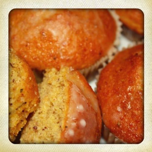 Muffins with apples, carrots, almonds and herbs de Provence.
