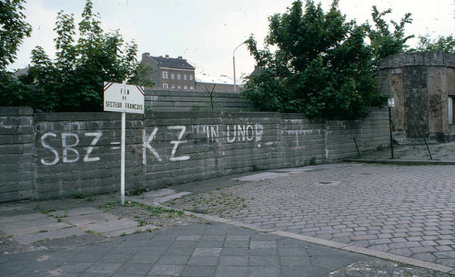 Berliner Mauer, 1978 Explanation of the graffiti:SBZ = Sovjetische Besatzungszone: Soviet Occupation ZoneKZ = Konzentrazionslager: Concentration Camp.