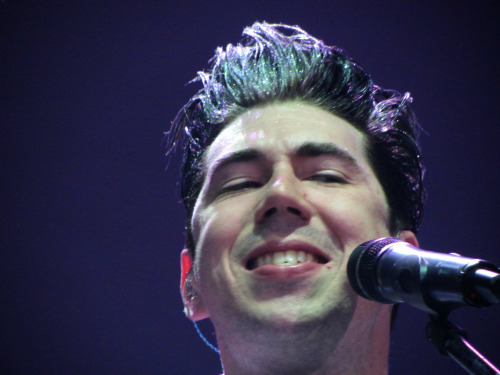 fortheweightofus:  he's just so attractive sometimes.  lololol