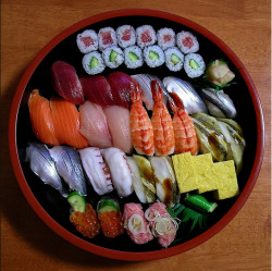 my-soul-belongs-to-seoul:  Sushi by (Blue Lotus)