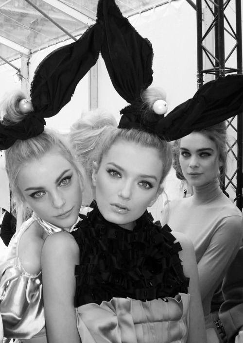 going-vogue:  Jessica Stam & Lily Donaldson Backstage at Louis Vuitton Fall/Winter 2009