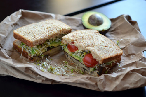 gastrogirl:  portobello mushroom sandwich with avocado.  note to self: need to make!! O_O nom