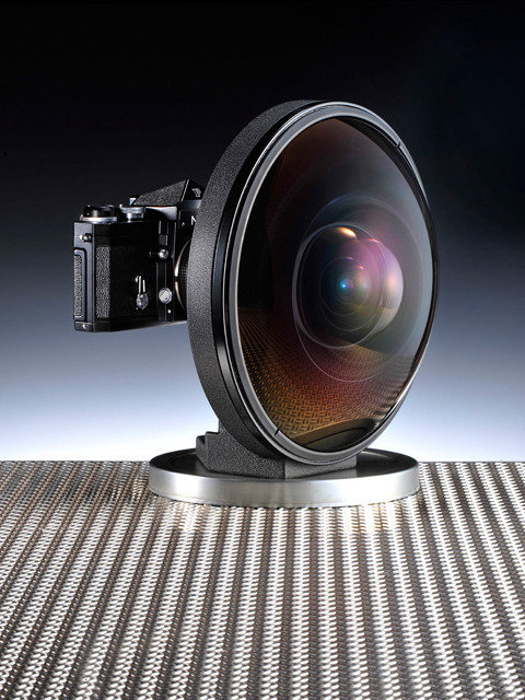 gabeweb:  Nikon 16mm F/2.8D AF Fisheye Nikkor Lens  Technical Details Fisheye 16mm Full-frame fisheye images with a picture angle of 180° (diagonal) Close-Range Correction (CRC) system provides high performance at both near and far focusing distances Nikon Super Integrated Coating for minimized flare and ghost, providing good color balance Picture angle: 180° [107° with Nikon digital cameras (Nikon DX format)]  (vía Amazon)