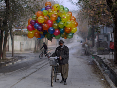 Kabul baloon seller by Muhammed Muheisen (via Guardiany Eyewitness)