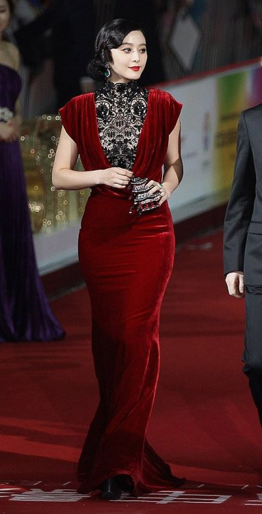 Damn, that dress on Fan Bingbing is just awesome. I like this designer's style. Fan Bingbing Designer: Tadashi Shoji