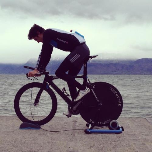 Geraint Thomas warming down. (via Wall Photos)