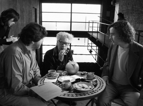 fuckyeahdirectors:  Alfred Molina, Jim Jarmusch and Steve Coogan on-set of Coffee and Cigarettes (2003)