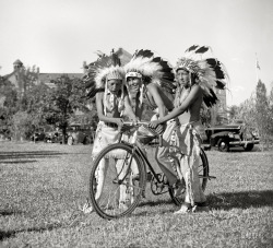 Haciendo el indio… en bici.  crystalbicycle:  Our Little Pony (1938).Native American boys with bicycle.