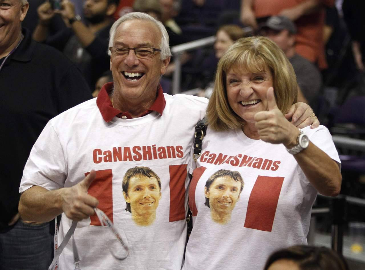 nationalpostsports:  These people are fun. Fellow Canadians and Steve Nash supporters give a thumbs up to their favorite Phoenix Suns player before their NBA basketball game with the San Antonio Spurs. REUTERS/Darryl Webb