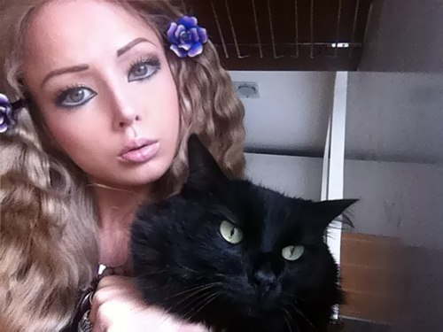 ze black kitteh and the real life barbie doll.