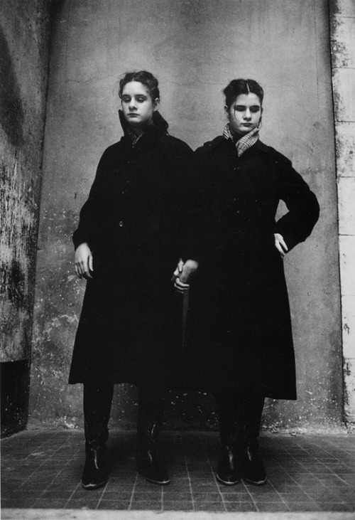Jane Evelyn Atwood, Blind Twins, L'Institut Départemental des Aveugles, Saint-Mandé, France, 1980