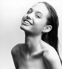 wildpaisley:  extende:  Is that Angelina Jolie?  yup she's so beautiful