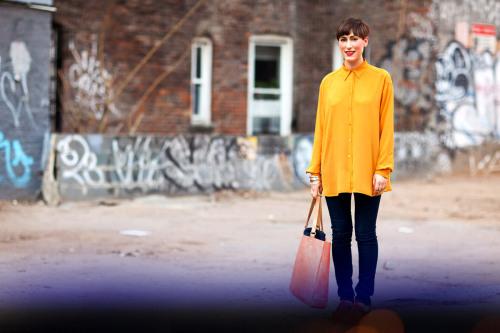 STREET STYLE // NYC 365 - Graphic and gamine in fiery shades of yellow and coral. Red lips and neutral eyes balance her pixie cut #bornwithit www.maybelline.ca/nyc365