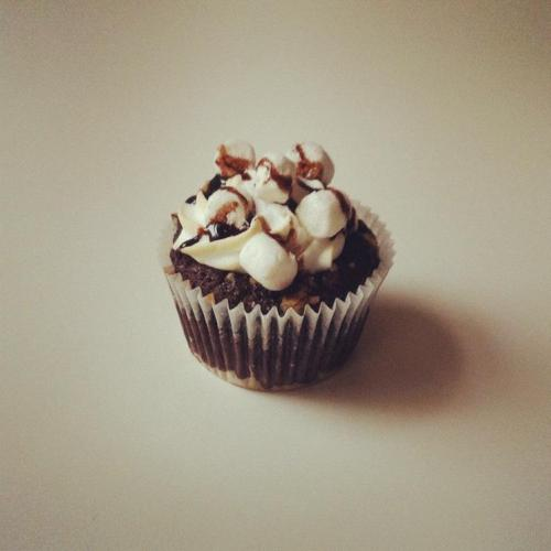 "Cupcake ""Hollande"" : chocolat-guimauve (gâteau biscuit-chocolat et meringue recouverte de mini-marshmallows et chocolat). LITTLE - Petits Gateaux"