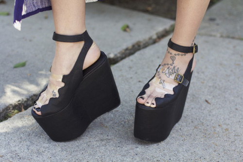 diet-lasagna:  fernwah:  incling:  wow!   OMG  dream summer shoes  they're like those flip flops with the big tall chunky soles from the 90s only more glam