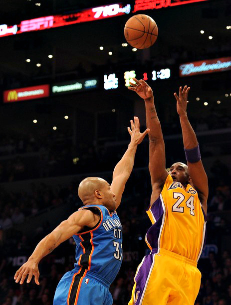 embracingmydarkside:  Kobe vs. Derek Fisher (Brothers 4 Life)