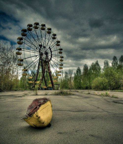 dyanijanae:  Today is the 26th anniversary of the Chernobyl disaster.  The Chernobyl plant blew on April 26th 1986, causing a radioactive cloud to spread over much of Europe. This disaster caused many workers and civilians to lose their lives.  The workers lived in the nearby town of Pripyat. The funfair seen above was set to open on May 1st. No one ever got the chance to ride this ferris wheel. The amounts of radiation still make it dangerous even today.  (Image credits:Vivo (Ben) via: BoredPanda)