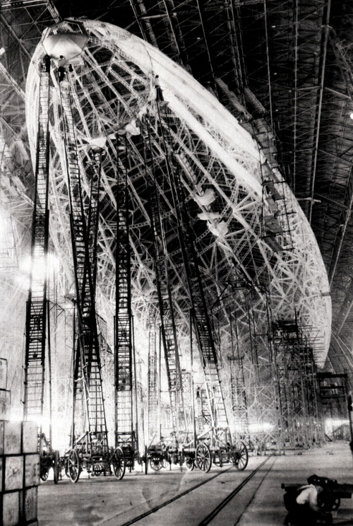 itsjohnsen:  The USS Macon under construction. Ohio, 1933. (via)   erk…those ladders…blerg