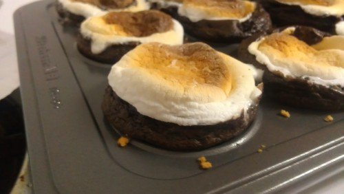 ravengoodwoman:  foodfuckery:   elisejimenez submitted: S'mores Cupcakes Recipe  #ELIZABETH! #it's almost like having s'mores on the beach… sorta  What! This looks delicious!  GUYS FIRST CUPCAKE PROJECT FOR OUR FEMINIST CUPCAKE HOUSE FIRST PROJECT HAUS OF CUPCAKES NEEDS TO HAPPEN