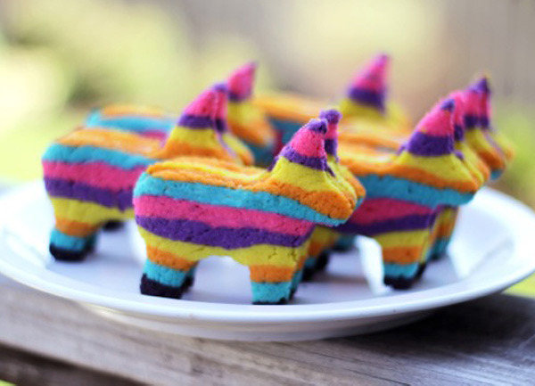 (via Cinco de Mayo piñata cookies) gotta make these