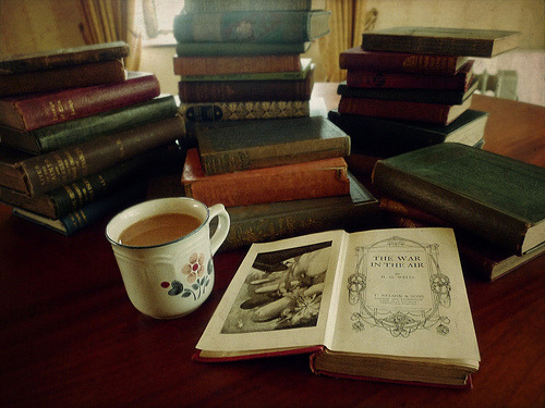 overponder:  Tea and Books II (por Child of Danu)
