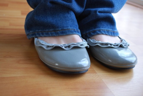 DIY Zipper Ruffle Ballet Flats. Dress up a cheap pair of ballet flats with zippers. Tutorial from Craftaholics Anonymous here.