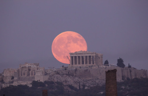Incredible photo of the Parthenon & a full moon