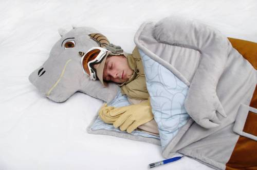 thebeastfeed:  Who wouldn't want to get warm inside a Tauntaun?