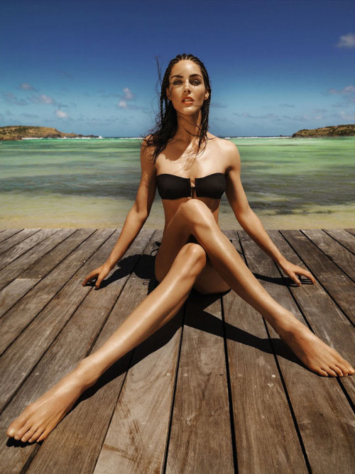 modelinia:  Legs for Days - Hilary Rhoda for Madame le Figaro  Oh snap! Look at those smexy legs ;)