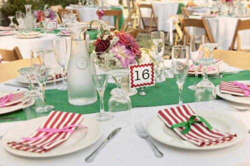 Bright and relaxed wedding! These fun place settings make for a casual and easy going wedding!