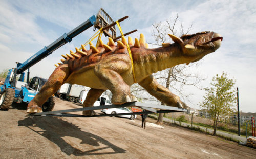 "installator:  ""An animatronic dinosaur on a crane at Field Station: Dinosaurs, in Secaucus, N.J."" (NYtimes)"