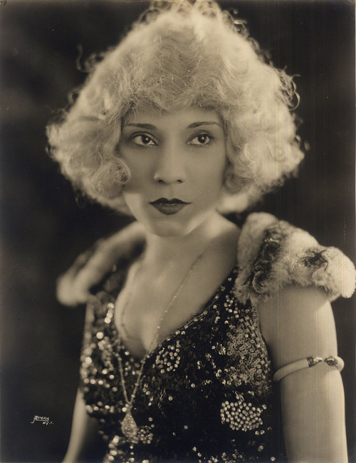 blackhistoryalbum:  The Black Gene Harlow | 1921 Portrait of an African American vaudeville entertainer, name unknown, sporting a platinum blonde wig. Circa 1921. African American Vernacular Photography courtesy of Black History Album. FIND US ON TWITTER | FACEBOOK | TUMBLR | FLICKR | PINTEREST