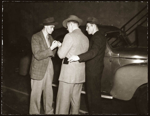 stfumadison:  Police pickpocket demonstration, 1940s