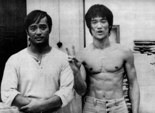 Okay, I didn't realize it, but the last photo of Bruce Lee and Dan Inosanto I put up here was apparently edited XD So here's the REAL one.
