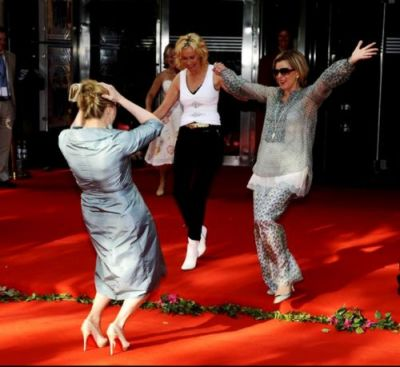 Meryl Streep with Frida Lyngstad and Agnetha Faltskog.  :O