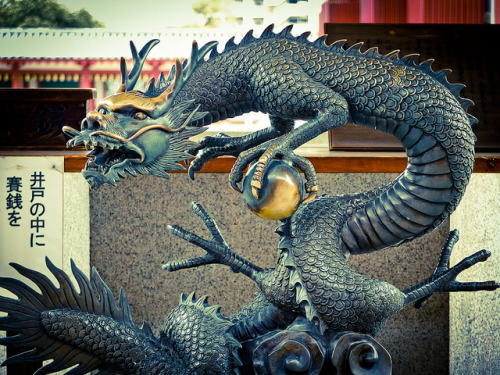 heartisbreaking:  Shitennoji Temple dragon, Osaka by Cazman08 on Flickr.  Fucking precioso!!!!! <3
