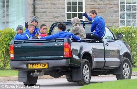 tatyaladielo:  United players travel to Cardiff  CHICHARITO SHOWING THEM HOW WE ROLE IN MEXICO JAJAJAJ