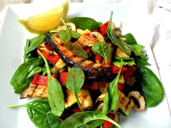 masterchef-ru:  Grilled veggie and spinach salad with lemon and paprika