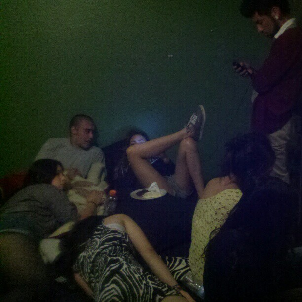 Everyone hanging out for the last nite together in Gemas room till we move (Taken with instagram)